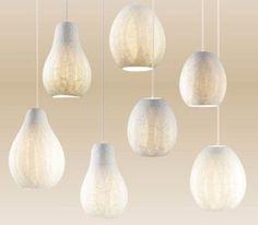 Den anerkendte catalanske designer og kunstner, Paco Perez, har lavet nogle fantastiske lamper i celluloid papir med skønne organiske former, der får tankerne hen på asiatisk minimalisme.