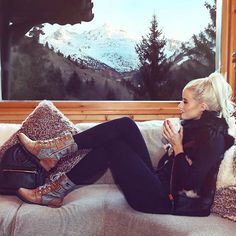 An amazing day in the snow with icy cold fingers and toes - followed by a cosy and comfy chill on the sofa with an insane view and a warm hot chocolate - followed by a wonderful three course meal at our @tgski_chalets. I'm full, I'm happy and I'm loving my last trip of the year ⛷❄️ Thankyou @carlyrowena for the 📸
