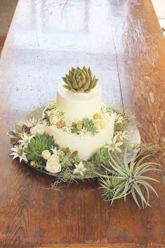 ケーキデザイン70 多肉植物とスモーキーカラーの花々を印象的に使ったグリーン&ホワイトの2段ウェディングケーキ