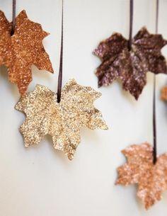 """Décorer des feuilles artificielles avec de la peinture à paillettes pour un Noël """"chic et pas cher"""""""
