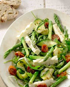 Salad of roasted asparagus, courgettes and feta - A beautiful salad for Easter brunch, or on another beautiful spring day, with grilled asparagus and - Veggie Recipes, Salad Recipes, Vegetarian Recipes, Healthy Recipes, Healthy Cooking, Healthy Eating, Good Food, Yummy Food, Happy Foods