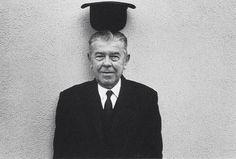 René Magritte was een surrealist en visionaire kunstenaar uit Belgie. Zijn kunstwerken gaan richting het surrealisme, maar tevens leent hij elementen van het magisch realisme. In de schilderijen van René Margritte zit altijd een optische illusie verstopt met een knipoog richting de werkelijkheid. Tevens prikkelen zijn voorstellingen de gedachten, door het symbolisme dat erin verwerkt zit roept het mysterie op. Margritte daagt de kijker uit door de vertekende realiteit die er te zien is, zo…