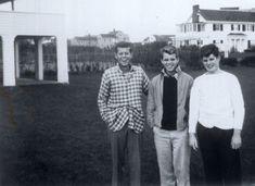 El trío de los hermanos Kennedy (John, Bobby y Teddy), en plena adolescencia, a mediados de la década de los 30 del siglo XX.