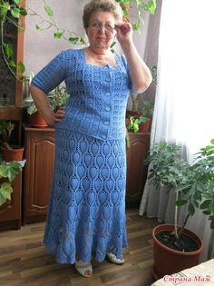 Попросила любимая соседка связать ей что нибудь, долго выбирали фасон, пряжу, да и с узорами помучились. Крупный ажур не хотела. Остановились на ананасах для юбки.