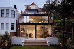 Un remodelage peut facilement mettre en évidence les possibilités qui s'offrent aujourd'hui dans les vieilles maisons. Prenons comme exemple cette maison de San Francisco rénovée par Dijeau Poage Construction – une maison ouverte à l'environnement et préparée pour un mode de vie moderne. La lumière naturelle s'invite massivement à l'intérieur grâce à une série d'ouvertures en verre à tous les niveaux. La maison a conservé son charme d'origine, même avec l'ajout de 194m2 du nouvel espace de…