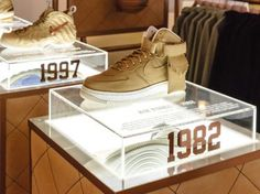 Lovely DNA cases of original product and then the new silhouettes Trade Show Design, Pop Design, Display Design, Booth Design, Shoe Store Design, Retail Store Design, Nike Retail, Creative Shoes, Shoes Stand