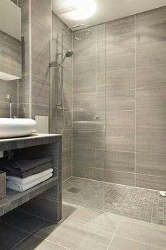 Mooie grijze badkamer met inloopdouche!