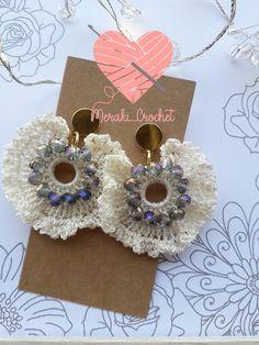 Jewelry Design Earrings, Diy Earrings, Stud Earrings, Flower Jewelry, Crochet Stitches Free, Crochet Patterns, Crochet Earrings Pattern, Quilling Earrings, Bee Crafts