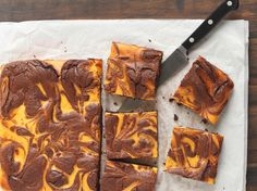 For When You Want Something Chocolate-y And Autumnal, These Brownies Deliver! ( Maybe try the 37 calorie brownies & change the sugar to stevia in the pumpkin mixture. Pumpkin Brownies, Pumpkin Pie Cheesecake, Best Cheesecake, Chocolate Brownies, Cheesecake Brownies, Chocolate Chips, Boxed Brownies, Chocolate Swirl, Chocolate Frosting
