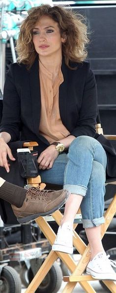 Who made Jennifer Lopez's white sneakers and gold watch? J Lo Fashion, Look Fashion, Autumn Fashion, Fashion Outfits, Jennifer Lopez, White Converse Outfits, Look Office, Fashion Dictionary, Celebs