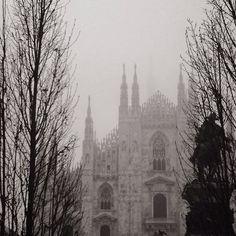 #milano #lombardia #duomo #duomodimilano #madonnina #piazzaduomo #march #winter #nebbia #fog #foggyday #misty #blackandwhite #milanocity #milanocityufficiale #milanodavedere #picoftheday #instagrammers #buongiorno #lovemycity by il_robi_are