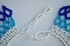 IRIS azul blanco y azul del espectro con cuentas Collar Iris, Pearl Necklace, Beaded Necklace, Etsy, Beading, Patterns, Jewelry, Blue Nails, White People