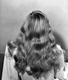 Veronica Lake's hair had a whole article published in Life Magazine on Novembe. Veronica Lake's ha Famous Hairstyles, 1940s Hairstyles, Trendy Hairstyles, Wedding Hairstyles, Quinceanera Hairstyles, Modern Haircuts, Hair And Makeup Tips, Hair Makeup, Blonde Balayage