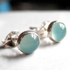 Petites Puces Calcedoines bleu azur en argent : Boucles d'oreille par kalicat