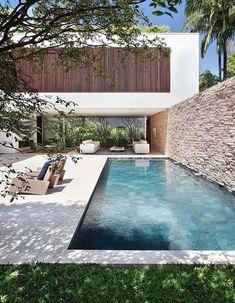 Les plus belles piscines repérées sur Pinterest - Elle Décoration Outdoor Wall Art, Indoor Outdoor Living, Outdoor Walls, Pool House Designs, Swimming Pool Designs, Swimming Pools, Kleiner Pool Design, Florida Pool, Small Pool Design