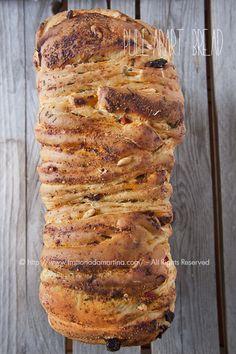 Pull-apart bread con pomodori secchi, erba cipollina e pinoli