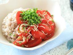 トマトしらす丼  「トマトを一口大に切り、しらす、オリーブオイル、醤油と混ぜて、ごはんの上へ。ネギを散らして出来上がり!」