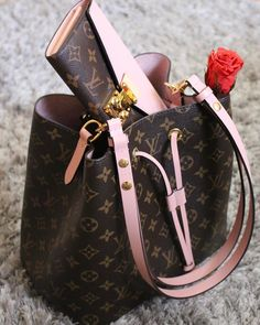 2017 LV Collection In Pink. Louis Vuitton Monogram Neonoe Handbag & Louis Vuitton Wallet For Women. #Louis #Vuitton #Handbags