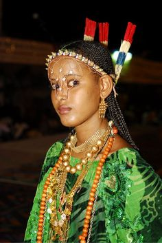 Frontal headbands  In the Afar tribe of the East African countries of Djibouti, Somalia, Ethiopia and Eritrea, women wear elaborate woven headbands that usually drape down the center of their faces. This gives them such a regal, mysterious look.