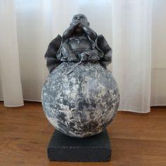 Decoratie beeld of figuur van een Happy Boeddha Zwijgen geplaatst op een bol. De bol is bewerkt met Stone Art wat een steen effect geeft. Meestal wordt een Boeddha cadeau gegeven aan goede vrienden of kennissen. Als: Verjaardag-Relatie-Huwelijks-Jubileum-Vriendschap-Afscheid cadeau en of geschenk. Jezelf een Boeddha Cadeau doen kan natuurlijk ook. Het is een mooie decoratie voor in huis. Het verhaal dat dit ongeluk zou brengen is een westers fabeltje.