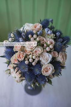 Кремовый свадебный букет с ягодами гиперикума и синим эрингиумом