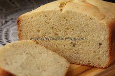 PÃO DE ALHO - SEM GLÚTEN E SEM LACTOSE - 250g de água 60g de ovo 70g de azeite de oliva 30g de açúcar refinado ou demerara triturado 7g de sal 20g de alho triturado (cerca de 5 dentes) 1g de orégano seco 200g de farinha de arroz 100g de fécula de batata 25g de polvilho doce 4g de goma xantana 5g de fermento biológico seco instantâneo ovo para pincelar (opcional)