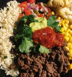 MEXICAN BOWL 🌮🤤 • Fried cauliflower rice + lemon juice and cilantro  • Minced beef (4-7%) fried + some black beans, taco seasoning & s/p   • Tomatoes/red onion/jalapenos mixed together with some lemon juice, cilantro and salt  • Corn . • Guacamole  • Chunky salsa  • Nacho chips (from EASIS). ➡️This meal contains around 350 calories and was REALLY satisfying 🙌🏼 #texmex #mexi #mexicanfood #opskrift #fitfamdk #diæt #recept
