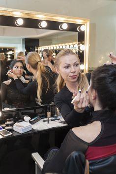 Nuestras alumnas cuidando cada detalle del maquillaje..