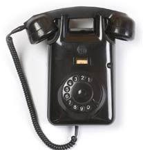 Bakelieten wandtelefoon, onze buren hadden er een, in noodgevallen maakte mijn moeder er gebruik van.