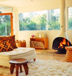 Mid Century Modern split edition, Better Homes & Gardens Decorating Book. Domino Magazine, Ione Skye Albert Hadley House of Tomor. Vintage Fireplace, Old Fireplace, Fireplace Outdoor, Fireplace Ideas, Style At Home, Ione Skye, Living Area, Living Spaces, Living Room