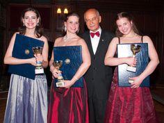 Obmann Karl Stadler mit den Preisträgerinnen Anita Götz, Yvonne Madrid und Alice Waginger. - - Korneuburg - meinbezirk.at