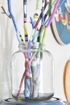Decorar con ramas es una buena opción, por lo fáciles que son de adaptar a diversos estilos de decoración y también el poco coste que suponen. Visto en el blog de Mamás Creativas.