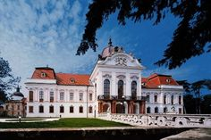 Gödöllő Palace in Hungary - Sissi Chateau Beautiful Castles, Beautiful Places, Palaces, Places Around The World, Around The Worlds, Heart Of Europe, Castle House, Austro Hungarian, Amazing Buildings