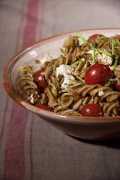 Tésztasaláta az egészségünkért Legújabb receptünk egy pillanatok alatt elkészíthető, ízletes főétel, amely hozzájárul a napi rostbevitel fedezéséhez, így az egészségünk megőrzéséhez is. Pasta Salad, Food And Drink, Ethnic Recipes, Crab Pasta Salad