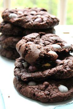Dark Chocolate & Mini Egg Cookies -because it's almost springtime! Mini Eggs Cookies, Cookies Et Biscuits, Easter Cookies, Cookie Desserts, Cookie Recipes, Dessert Recipes, Dessert Ideas, Yummy Recipes, No Egg Cookie Recipe