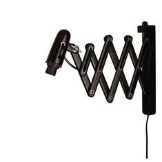 En snygg svart vägglampa med saxfunktion som du kan dra ut och in från väggen. Även skärmen är justerbar så att du enkelt kan rikta ljuset. Ljuskälla ingår ej.