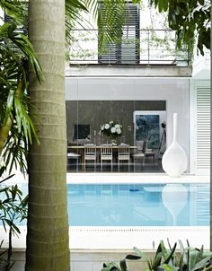 Australian fashion designer Collette Dinnigan's home in Sydney, Australia, as seen on Marie Claire Italy. Bright and airy, full of f. Outdoor Spaces, Outdoor Living, Outdoor Decor, Indoor Outdoor, Dream House Exterior, House Exteriors, Celebrity Houses, Coastal Homes, Pool Houses