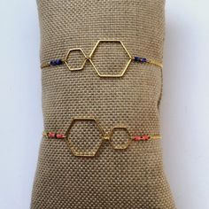 """Gold bracelet """"Hexagons"""" fine and trendy with pretty colorful beads. Bracelets Diy, Seed Bead Bracelets, Paracord Bracelets, Diy Jewelry, Beaded Jewelry, Jewelery, Jewelry Design, Ibiza Fashion, Mode Shop"""