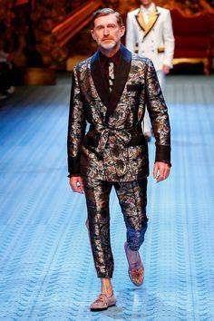 This original supermodel closed the Dolce & Gabbana Men's Show Suit Fashion, Boy Fashion, Mens Fashion, Fashion 2020, Daily Fashion, Designer Suits For Men, Designer Clothes For Men, Designer Clothing, Dandy Style