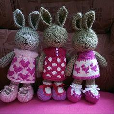По трое в кучке Листайте карусельку! Зайки стоят и сидят с опорой, 22-23см, альпака/меринос, гипоаллергенная набивка Можно стирать на деликатном режиме, игрушка не потеряет форму Подарите радость вашим близким в эти пасмурные дни) #desire_sale #desire_близнецы и тройняшки) Knitting For Kids, Knitting Ideas, Crochet Appliques, Little Cotton Rabbits, Bunny Rabbits, Friend Outfits, Stuffed Toys Patterns, Knit Crochet, Dolls