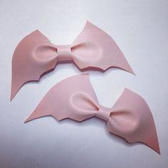 Pastel goth pale pink bat bow by Dulcecalaveritas on Etsy Grunge Goth, Grunge Style, Soft Grunge, Nu Goth, Pastel Goth Fashion, Kawaii Fashion, Pastel Goth Style, Pastel Goth Clothes, Gothic Fashion