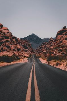 Hol dir Tipps für Routen in den USA & Kana… Road trips are the true adventure. Get tips for US & Canada routes and wildcamping spots in Europe at PASSENGER X. Valley of Fire State Park, USA photo by Jake Blucker Arizona Road Trip, Road Trip Usa, Usa Roadtrip, Usa Trip, Valley Of Fire State Park, Valley Road, Utah, State Parks, New York Tipps