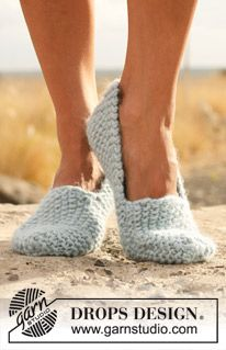 "Knitted DROPS slippers in seed st in ""Eskimo"". ~ DROPS Design"