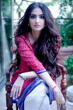 Ideas for how to wear saree saris sonam kapoor Indian Celebrities, Bollywood Celebrities, Bollywood Fashion, Bollywood Actress, Bollywood Makeup, Sonam Kapoor, Lehenga, Anarkali, Sambalpuri Saree