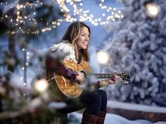 I love this picture of Colbie Caillat! It seems so cozy! Colbie Caillat, Types Of Guitar, Play That Funky Music, Sing To Me, Female Singers, Her Music, Music Artists, Love Her, Hollywood