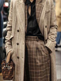 Street Style: Milan Fashion Week Autumn-Winter - Out Trend Clothes Fashion Trends 2018, Fashion Week, Winter Fashion, Fashion Mode, 50 Fashion, Fashion Styles, Trendy Fashion, Fashion Details, Look Fashion