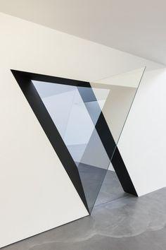 Sarah Oppenheimer défie la limite entre art et architecture avec une collection unique de fenêtres et d'ouvertures dans les murs. Utilisant des incisions m