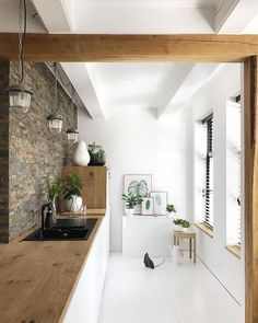Nice combination of natural materials and white floors and kitchen - White Kitchen Remodel Interior Design Kitchen, Modern Interior Design, Interior Architecture, Cuisines Design, Küchen Design, Home Fashion, Home And Living, Home Kitchens, Kitchen Remodel