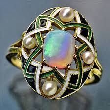 Bague de Georges Fouquet : (1905) en or émaillé , sertie d'une magnifique Opale et de perles