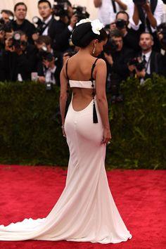 ¡Un escote que resaltará tu figura!...La espalda descubierta es, sin duda, un tip que a muchas mujeres nos encanta y que, además, queda muy, pero muy atractivo. ¿Te gusta el escote en la espalda? ¡Anímate!La cantante y actriz Selena Gomez nos demuestra que es la mejor elección que puedes tener. ¡Mira estos